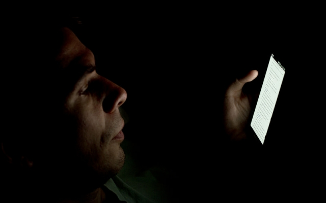 Jak światło smartfona wpływa na pracę Twojego mózgu i ciała?